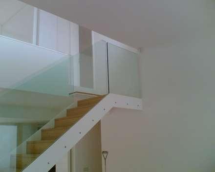 Guardas de Escadas: Corredores, halls e escadas modernos por Autovidreira