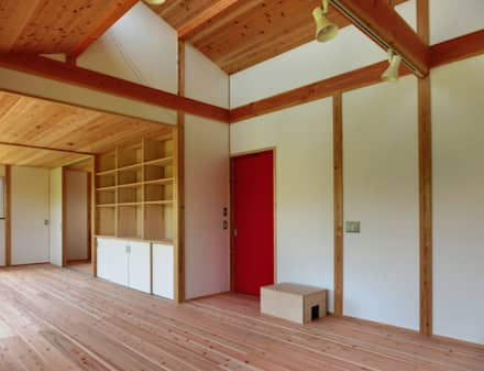リビング: 氏原求建築設計工房が手掛けたリビングです。