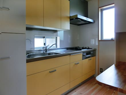 キッチン: 氏原求建築設計工房が手掛けたキッチンです。