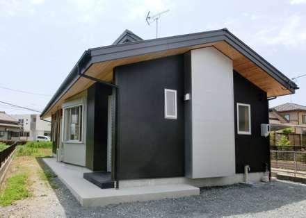 東(玄関)外観: 氏原求建築設計工房が手掛けた家です。