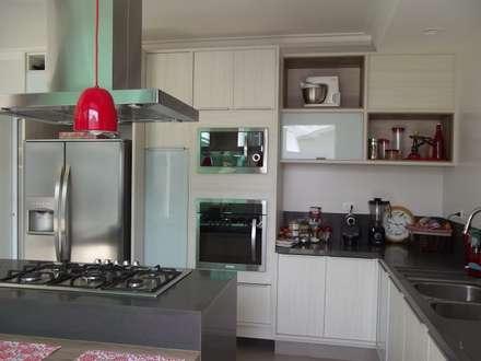 RESIDÊNCIA J&J: Cozinhas modernas por Raquel Pelosi Arquitetura e Design Visual