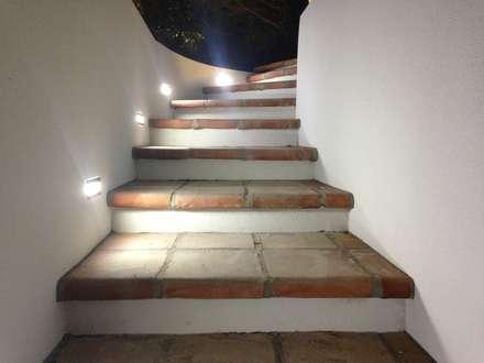 CONSTRUCCIÓN PARKING DE 2 VEHÍCULOS: Pasillos y vestíbulos de estilo  de Rudeco Construcciones