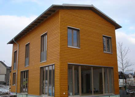 Modern und naturnah: Haus aus Holz Einfamilienhaus in der Eifel, Mendig :  Fenster von PELL Architekten