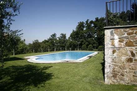 Villa Via Poggio Baldino: Piscina in stile in stile Coloniale di Studio Tecnico Fanucchi