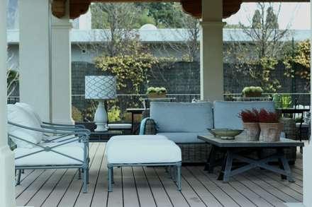 estar porche: Jardines de invierno de estilo mediterráneo de La Californie