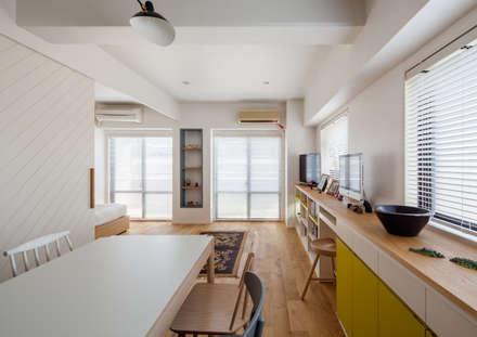 渋谷区の住宅: sorama me Inc.が手掛けたリビングです。