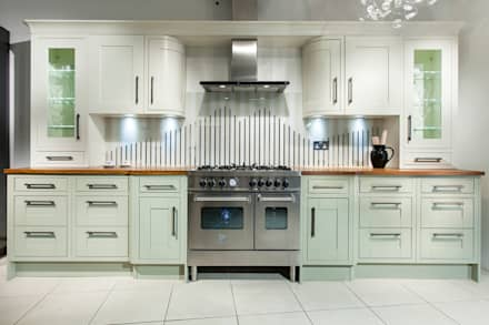 Tradition with stripey glass splashback: classic Kitchen by Intoto Kitchens Salisbury