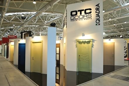 Interior doors in both Glass and wooden - For coordinari your interior style house - www.otcdoors.com: Allestimenti fieristici in stile  di lorenzo5