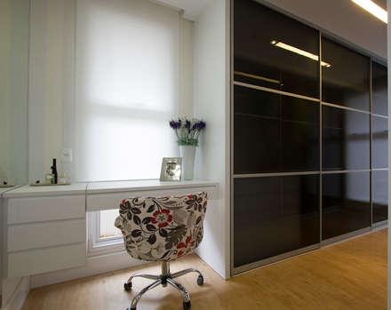 Casa AM - Joinville/SC – Estúdio Kza Arquitetura e Interiores: Closets modernos por Estúdio Kza Arquitetura e Interiores