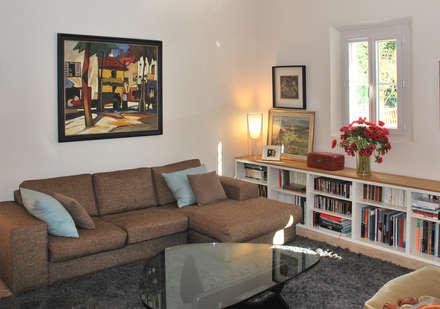 Une bibliothèque Ikea réutillisée avec un panneau en chêne naturel.: Salon de style de style Classique par FLEURY ARCHITECTE