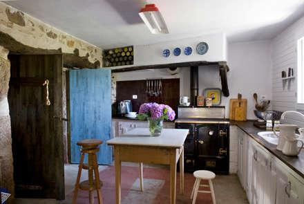 Casa de campo en Galicia: Cocinas de estilo rural de Oito Interiores