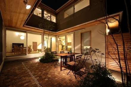 朝霞の家: 新井アトリエ一級建築士事務所が手掛けた庭です。