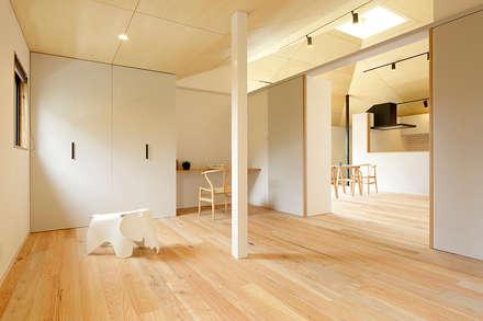 大きな屋根のいえ: miyukidesignが手掛けた寝室です。