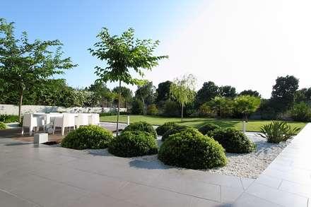 Red Grass: Jardines de estilo mediterráneo de Estudio de paisajismo 2R PAISAJE