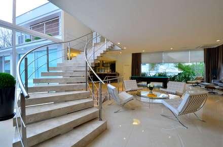Pasillos y vestíbulos de estilo  de Marcelo John Arquitetura e Interiores