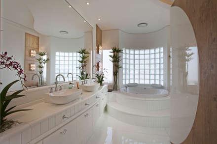 Casa Limeira: Banheiros modernos por Arquiteto Aquiles Nícolas Kílaris