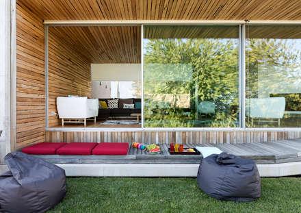 Dezanove House by inaki leite: Ventanas de estilo  de Your Architect London