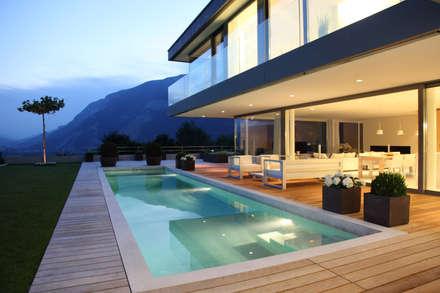 Neubau Einfamilienhaus EWD: minimalistischer Pool von SCHWANDER & SUTTER Architekten