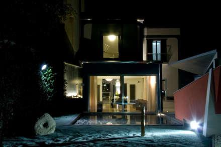 villa in collina: Giardino d'inverno in stile in stile Scandinavo di fumante