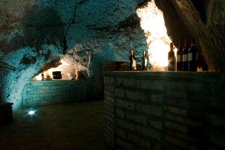 villa in collina: Cantina in stile in stile Rustico di fumante