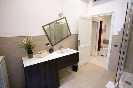 Casa Vacanze : Bagno in stile in stile Eclettico di Designing Home