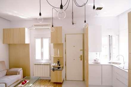 ¿Cocina y salón en 14 m2?: Salones de estilo escandinavo de emmme studio