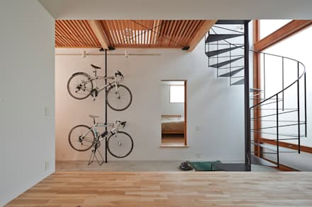 ユーティリティスペースから、土間を通し寝室を見る: (有)菰田建築設計事務所が手掛けた玄関・廊下・階段です。