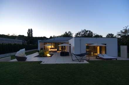 Haus_gra: moderner Garten von aprikari gmbh & co. kg