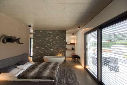 Haus_gra: moderne Schlafzimmer von aprikari gmbh & co. kg