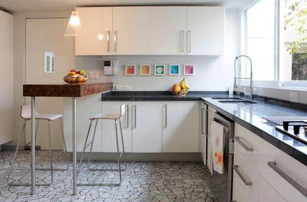 A-778: Cocinas de estilo moderno por DF ARQUITECTOS