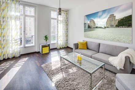 Großzügiges, lichtdurchflutetes Wohnzimmer: moderne Badezimmer von 16elements GmbH