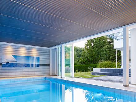 Schwimmbad: minimalistischer Pool von Gritzmann Architekten