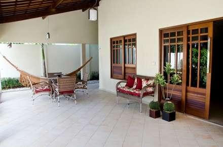 Casas de estilo topical por Celia Beatriz Arquitetura