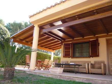 Porche de madera a un agua en color teka: Jardines de estilo clásico de Ático y Jardín