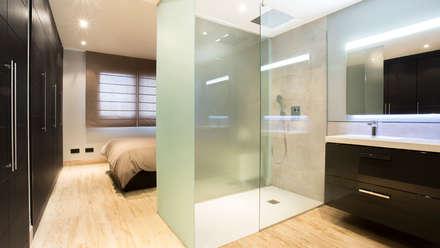 Tabiques traslúcidos en plato de ducha: Baños de estilo minimalista de Empresa constructora en Madrid