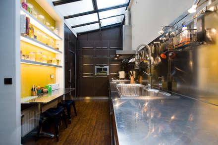 cuisine au design industriel et contemporain : Cuisine de style de style Industriel par LA CUISINE DANS LE BAIN SK CONCEPT