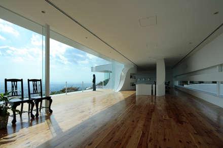 山と開口: EASTERN design office イースタン建築設計事務所が手掛けた窓です。