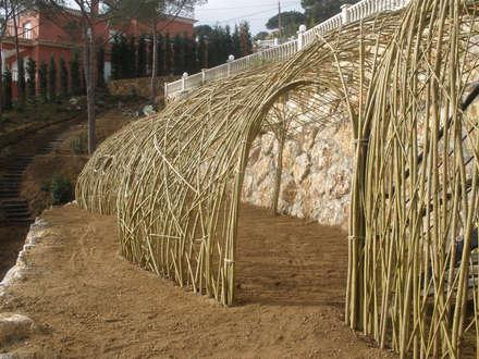 Estructuras de sauce vivo: Jardines de invierno de estilo rústico de LANDSHAFT
