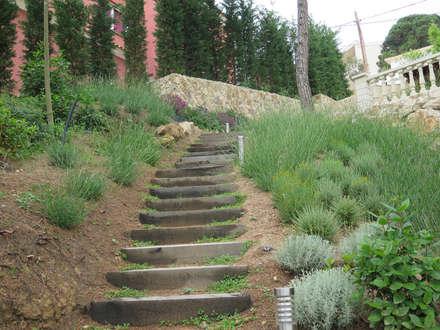 Escalera de traviesas de madera: Jardines de estilo mediterráneo de LANDSHAFT