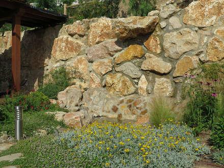 Cascada: Jardines de estilo mediterráneo de LANDSHAFT