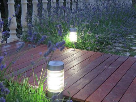 Iluminación del puente de madera: Jardines de estilo mediterráneo de LANDSHAFT