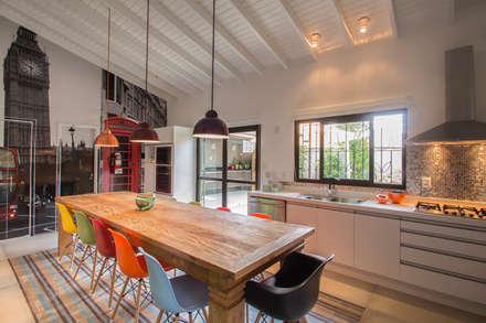Residencia de Surfista: Cozinhas tropicais por Marcos Contrera Arquitetura & Interiores
