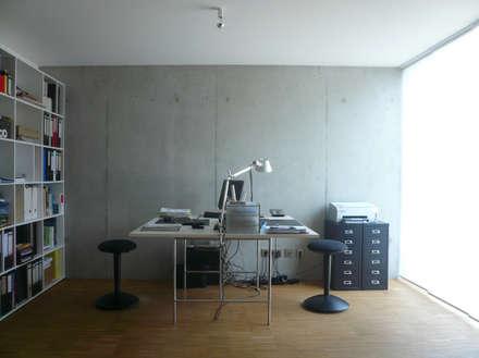 Büro: minimalistischer Multimedia-Raum von wilhelm und hovenbitzer und partner