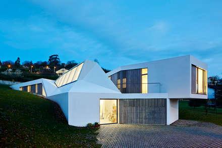 LARA RIOS HOUSE: Fachada. Vista nocturna: Casas de estilo industrial de miba architects