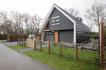Voorkant woning: moderne Tuin door Bongers Architecten
