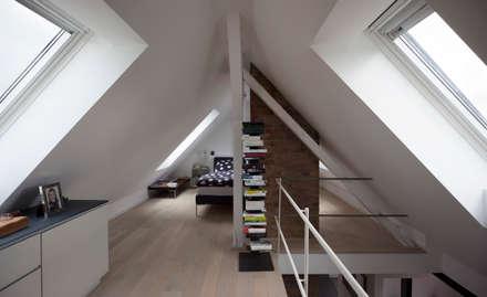 Galerie Dachausbau: moderne Schlafzimmer von Gerstner Kaluza Architektur GmbH