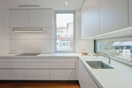 DACHBODENAUSBAU WESTBAHNSTRASSE WIEN | AUT: minimalistische Küche von Moser Architects