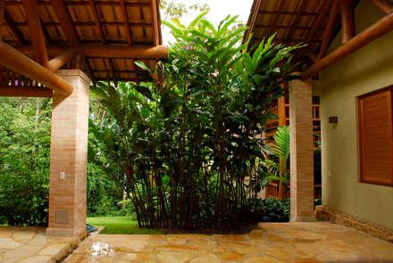 Residência SA - Ilhabela, SP: Jardins tropicais por Gil Fialho Paisagismo