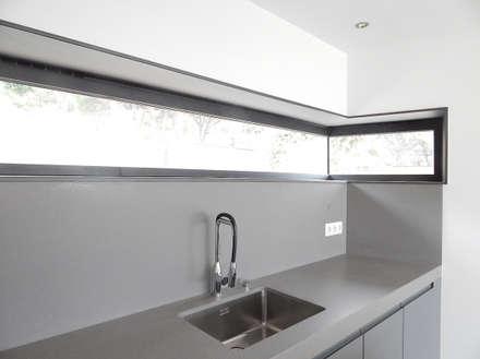Hoekraam in de keuken: moderne Keuken door Hamers Arquitectura