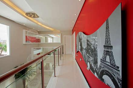 Casa Swiss Park Campinas II: Corredores, halls e escadas modernos por Designer de Interiores e Paisagista Iara Kílaris